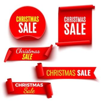 Conjunto de bandeiras vermelhas de venda de natal. fitas e autocolante redondo. pergaminhos de papel.