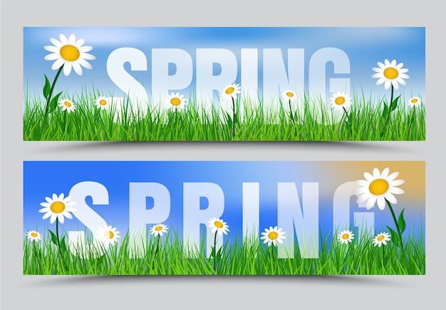 Conjunto de banners de primavera com grama verde, flores brancas e o texto no gramado e o céu azul.