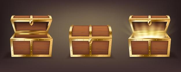 Conjunto de baús de madeira com tampa aberta e fechada, cheios de moedas de ouro reluzentes e vazios. tesouro do pirata, coleção de cofres vintage 3d isolada em fundo escuro. ilustração vetorial realista