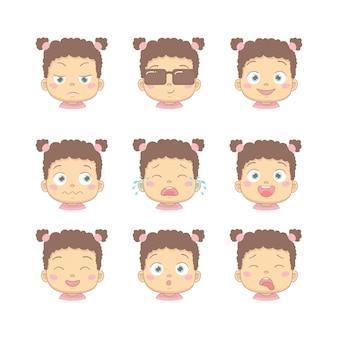 Conjunto de bebê bonito dos desenhos animados com diferentes emoções engraçadas no personagem de desenho animado design plano. crianças fofos com negócios insatisfeitos, sorrindo, chorando, rindo, sorrindo e nojo.