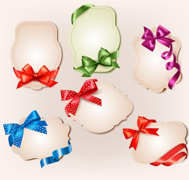 Conjunto de belas etiquetas retrô com arcos coloridos de presente com fitas.