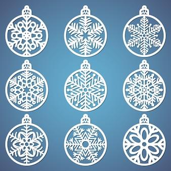 Conjunto de bolas de natal com um floco de neve recortado de papel