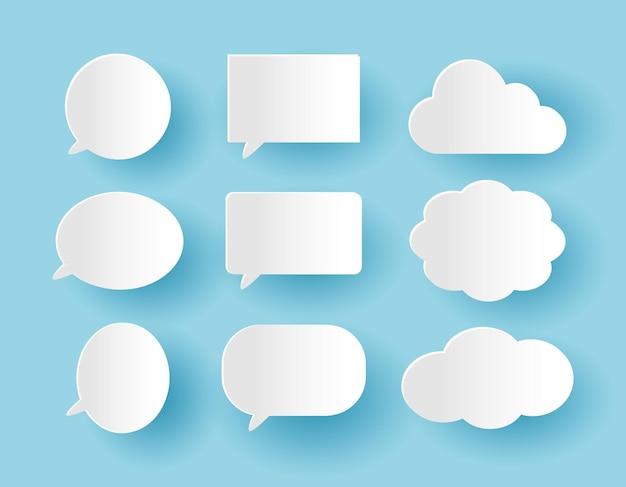 Conjunto de bolhas de comunicação em estilo de corte de papel no fundo azul
