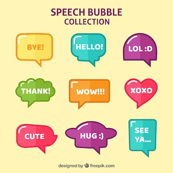 Conjunto de bolhas de fala de cores em design plano