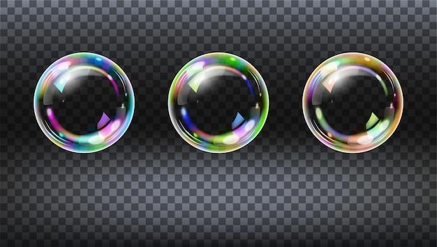 Conjunto de bolhas de sabão transparentes realistas com o reflexo do arco-íris isolado.