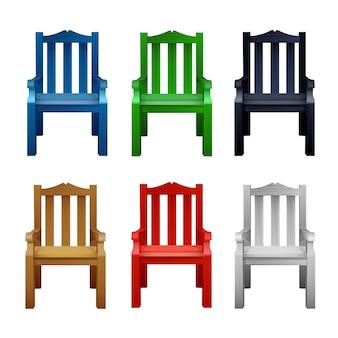 Conjunto de cadeiras de madeira coloridas multicoloridas.