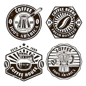 Conjunto de café com quatro emblemas, distintivos, etiquetas ou logotipos de vetor em estilo vintage monocromático isolado no fundo branco