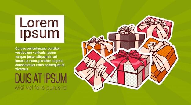 Conjunto de caixa de presente colorida estilo retro de pop art de presentes com fita e laço no fundo com cópia