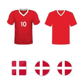 Conjunto de camisas de futebol e bandeiras da seleção da dinamarca