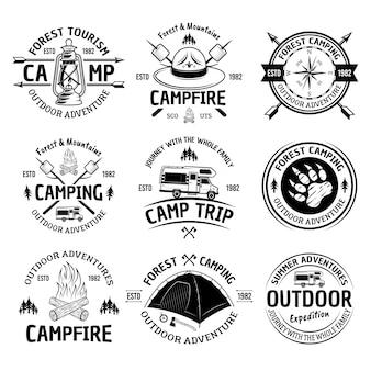 Conjunto de camping e aventura ao ar livre com rótulos vintage monocromáticos, emblemas ou distintivos isolados no branco