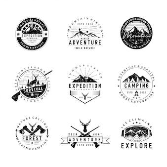 Conjunto de campismo e logotipo ao ar livre