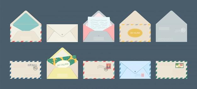 Conjunto de cartões postais isolados do envelope de cartão postal e cartas de convite de férias com selos postais.