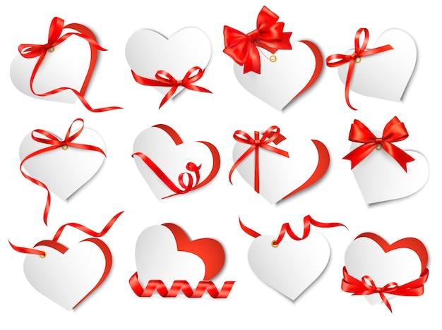 Conjunto de cartões-presente bonitos com arcos de presente vermelhos e corações. dia dos namorados.
