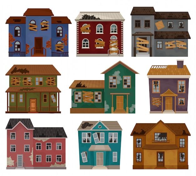 Conjunto de casas abandonadas com telhado quebrado, janelas e portas com tábuas. edifícios de dois andares. tema da arquitetura