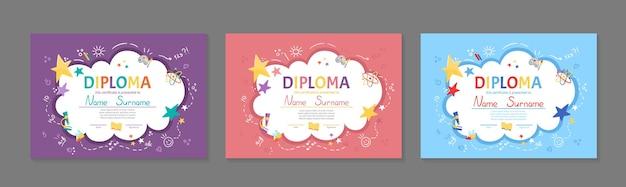 Conjunto de certificado de diploma de crianças coloridas para o jardim de infância ou pré-escola primária com crianças lindas crianças sentadas à mesa e fazendo o desenho do dever de casa plano