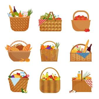 Conjunto de cestos de vime com mantimentos. recipientes de palha cheios de frutas e vegetais