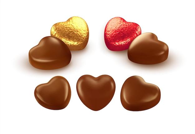 Conjunto de chocolates realistas em forma de coração, embrulhados em papel de alumínio.