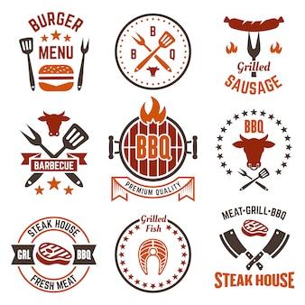 Conjunto de churrasco e grelha de etiquetas, emblemas ou emblemas isolado no fundo branco