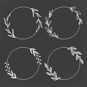 Conjunto de círculo floral ou grinalda com estilo desenhado à mão no fundo do quadro-negro