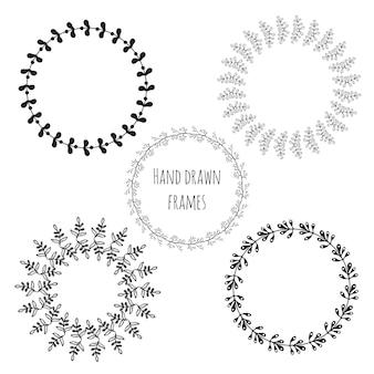 Conjunto de círculos desenhados a mão com moldura isolada. cute deixa quadros redondos para o cartão de saudação. coleção de decoração vetorial.