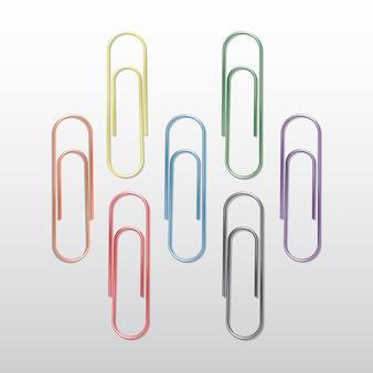 Conjunto de clipes de papel colorido sobre fundo branco