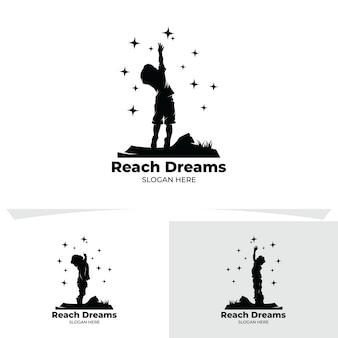 Conjunto de crianças alcançam o logotipo da estrela