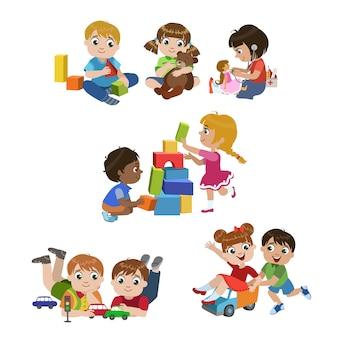 Conjunto de crianças brincando dentro de casa