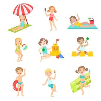 Conjunto de crianças brincando na praia