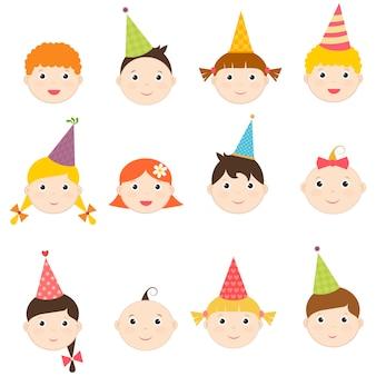 Conjunto de crianças com chapéus de aniversário