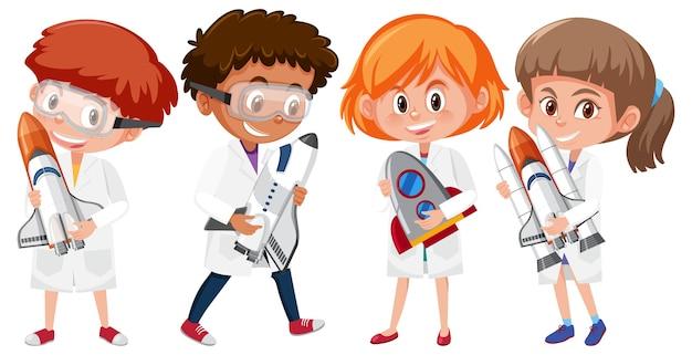 Conjunto de crianças com fantasia de cientista segurando foguetes espaciais isolados no fundo branco