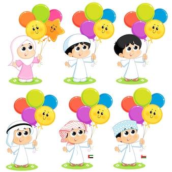 Conjunto de crianças muçulmanas estão celebrando eid e carregando balões coloridos