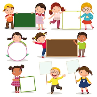 Conjunto de crianças segurando cartazes em branco