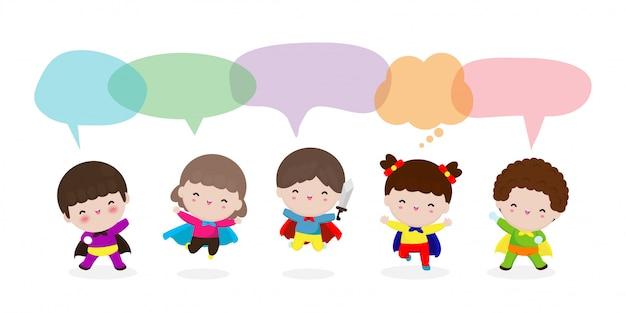 Conjunto de crianças super-herói bonito com bolhas do discurso