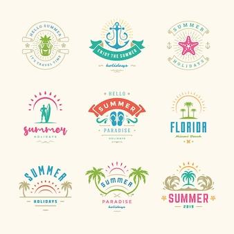 Conjunto de design retro de emblemas e etiquetas de férias de verão. modelos de cartões, cartazes e design de vestuário. logotipos de férias na praia com palmeiras e ilustrações de ícones de sol.