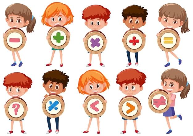 Conjunto de diferentes crianças segurando símbolos matemáticos básicos ou personagens de desenhos animados de sinais isolados