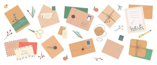 Conjunto de diferentes envelopes de natal com selos postais e pacotes de cartões postais
