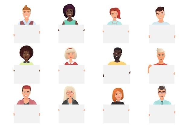 Conjunto de diferentes pessoas sorridentes segurando cartazes em branco brancos, isolados no fundo branco.