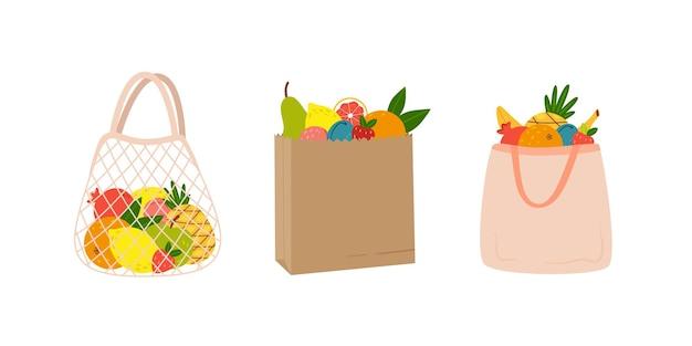 Conjunto de diferentes sacos ecológicos com frutas da estação desenhadas à mão em estilo cartoon