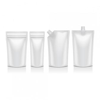 Conjunto de doypack de plástico em branco levante a bolsa com bico. embalagem flexível para alimentos ou bebidas