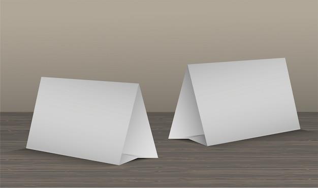 Conjunto de duas cartas de tenda de mesa em branco na mesa de madeira realista