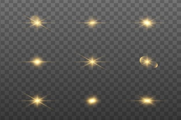 Conjunto de efeitos de luzes brilhantes douradas existentes em um fundo transparente. um flash de sol com raios e holofotes. efeito de brilho. a estrela explodiu com brilho.