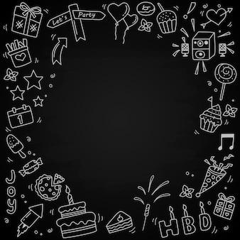 Conjunto de elementos de doodle de feliz aniversário isolados no quadro-negro.