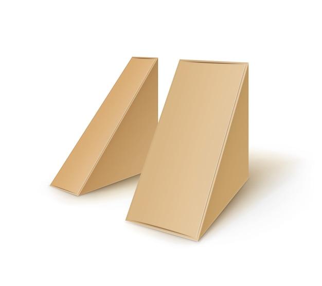 Conjunto de embalagens para sanduíches de papelão marrom em branco triangular.