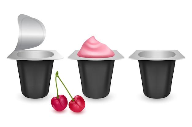 Conjunto de embalagens plásticas realistas com iogurte de cereja. creme de leite lácteo com tampa de alumínio.