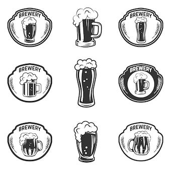 Conjunto de emblemas com canecas de cerveja. elementos para o logotipo, etiqueta, emblema, sinal. ilustração