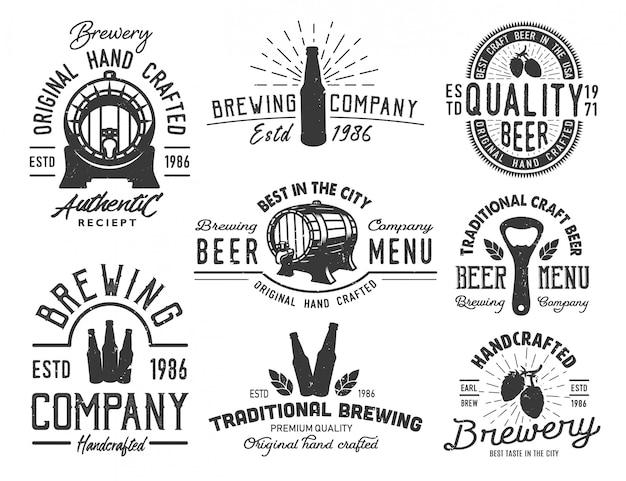 Conjunto de emblemas com objetos de cerveja
