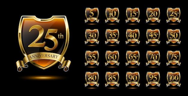 Conjunto de emblemas de aniversário com escudo dourado e fita
