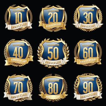 Conjunto de emblemas de aniversário isolado.