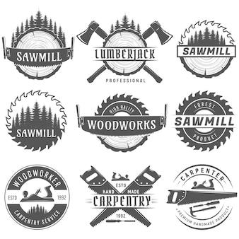 Conjunto de emblemas de logotipos monocromáticos para carpintaria, marceneiros, lenhadores, serviços de serraria.