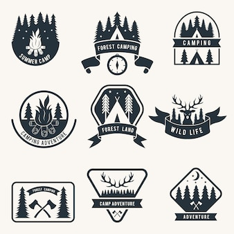 Conjunto de emblemas monocromáticos de aventura. silhueta de tenda. rótulos de vetores camping